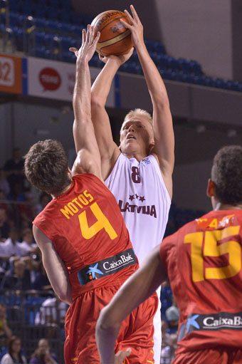 El Barça tantea al joven alero letón de 20 años, Janis Berzins, que prefiere seguir en el VEF Riga
