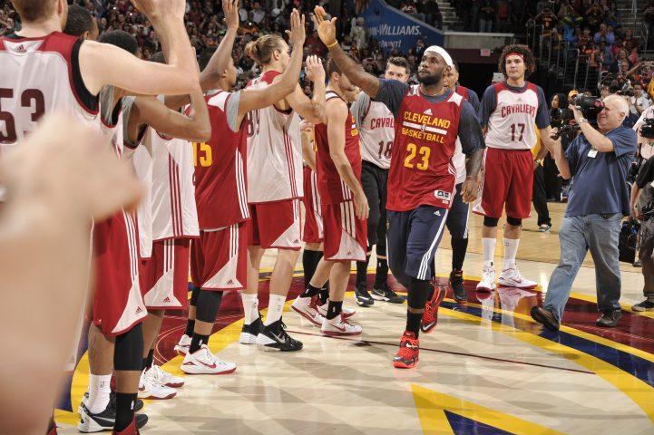 Cleveland estrena Big Three: Irving, LeBron y Love destacan en el primer partidillo (Vídeo)