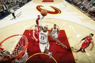 LeBron James logra su primer triple-doble en su retorno a los Cavaliers. El vídeo, aquí