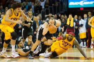 LeBron James sigue gafado ante los Spurs: pierde la bola decisiva y los Cavaliers caen