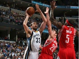 Marc le mete 29 a los Rockets, pero no evita la derrota. Se hace el dueño de la zona