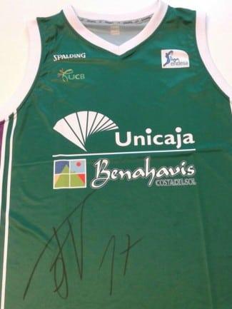 Consigue gratis la camiseta del Unicaja firmada por Fran Vázquez. Es muy fácil