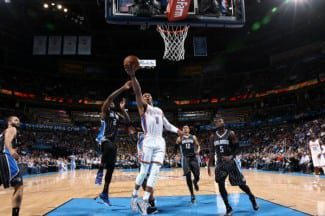 Westbrook no quiere quedarse sin playoffs: firma su 10º triple-doble. Imparable (Vídeo)