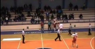 Increíble. Un jugador salta a la grada y pega a un aficionado en la Liga Serbia (Vídeo)