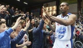 Metta World Peace ya destaca en Italia. 19 puntos, dos matazos y paliza (Vídeo)