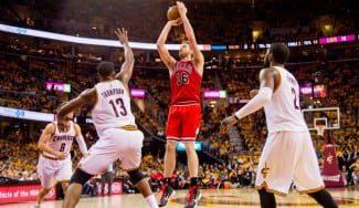 Los Bulls asaltan la casa de LeBron (0-1). Pau Gasol, clave con otro doble-doble