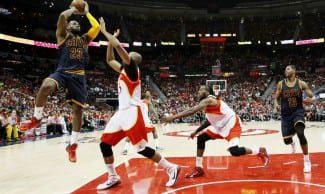 LeBron James roza el triple-doble y barre a los Hawks (2-0). Irving no jugó por lesión (Vídeo)