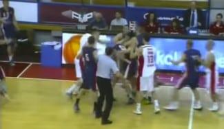 Vergonzoso. Brutal pelea-melé en el FMP-Vojvodina de la Liga Serbia (Vídeo)