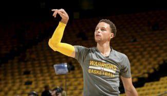 De espaldas, a una mano y desde el centro del campo. Así prepara la final NBA el MVP Curry (Vídeo)