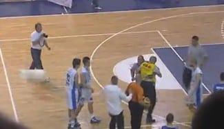 Sillas volando, invasión de pista, pelea… Lamentable final de la Liga en Montenegro