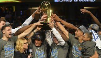 El día llegó. Los Warriors levantan el anillo cuatro décadas después con Iguodala como MVP (Vídeo)