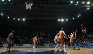 A vueltas con los aros de Miribilla para el tercer partido de la serie Bilbao-Valencia