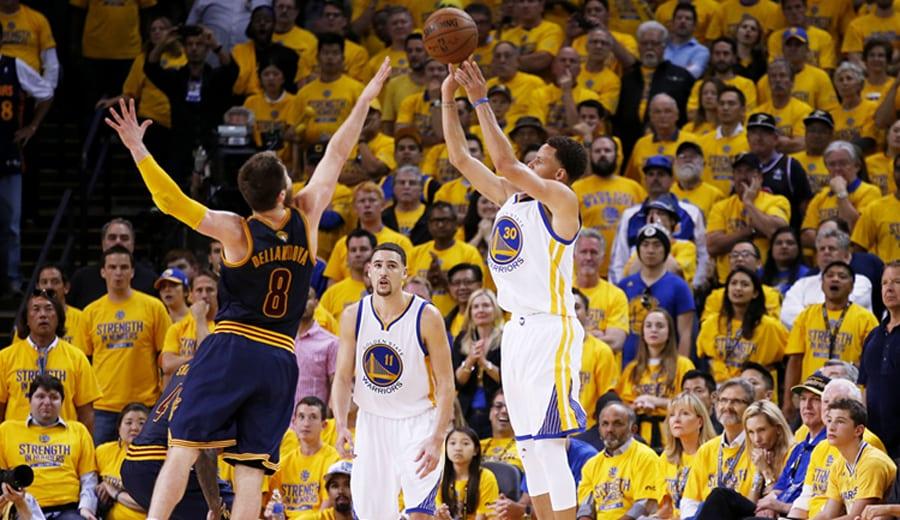 Iguodala y Curry dan el quinto a los Warriors (3-2). LeBron, solo en el último cuarto (Vídeo)