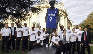 Nike, multada con 67.500 € por poner una camiseta de Parker a una estatua de Churchill
