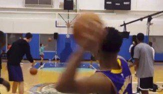 ¡Vaya puntería! El rookie de los Lakers Russell, la enchufa desde tres cuartos de cancha (Vídeo)