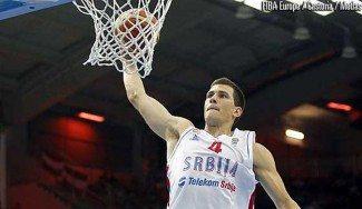 El fichaje de Unicaja Nedovic destaca con Serbia: taponazo a Parker y 16 puntos a Rusia (Vídeos)