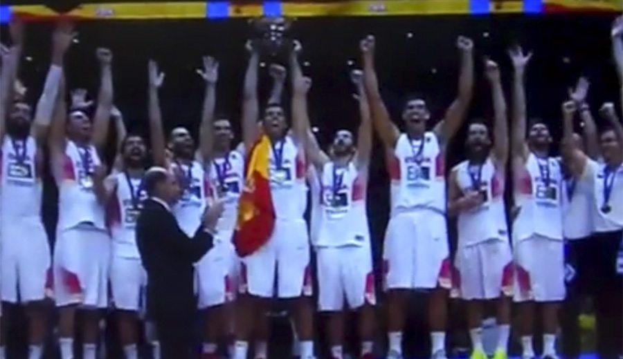 El momento más esperado. Así ha levantado la Copa el capitán Felipe Reyes (Vídeo)