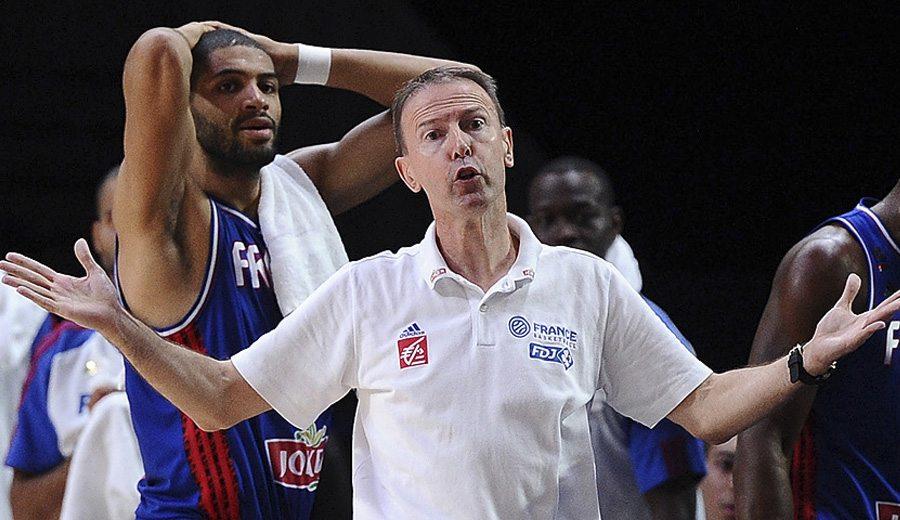 El seleccionador de Francia Vincent Collet y Nico Batum, descontentos con el arbitraje