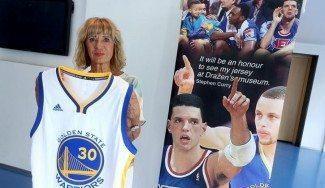 Curry cumple su palabra. Su camiseta ya está en el museo de Drazen Petrovic