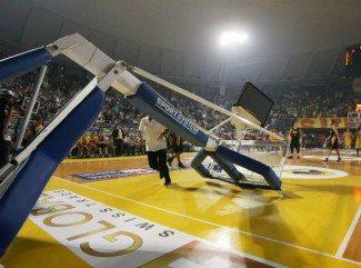 Increíble. Se cae una canasta por un mate en los cuartos de Copa griega entre Aris y AEK (Vídeo)