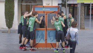 La Penya reversiona La cabina para presentar su acuerdo con Movistar. Sorprendente