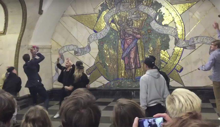 Dos gigantes vacilan a los streetballers en el metro de Moscú. ¿Sabes quiénes son? (Vídeo)
