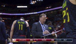 Los jugadores de los Hawks abandonan a su entrenador en pleno tiempo muerto (Vídeo)