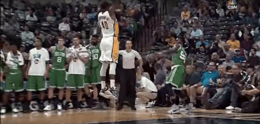 El triplazo tonto de Jae Crowder. El alero de los Celtics, ¡desde su línea de fondo! (Vídeo)