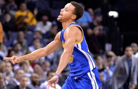 Curry deja atrás hasta a su padre. Le supera en triples y los Warriors siguen invictos (Vídeo)