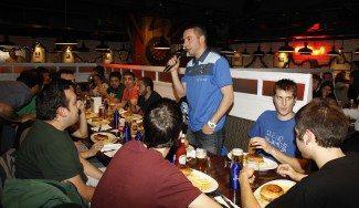 A por la segunda victoria: el Estu se conjura con su afición… ¡cenando! (Vídeo)