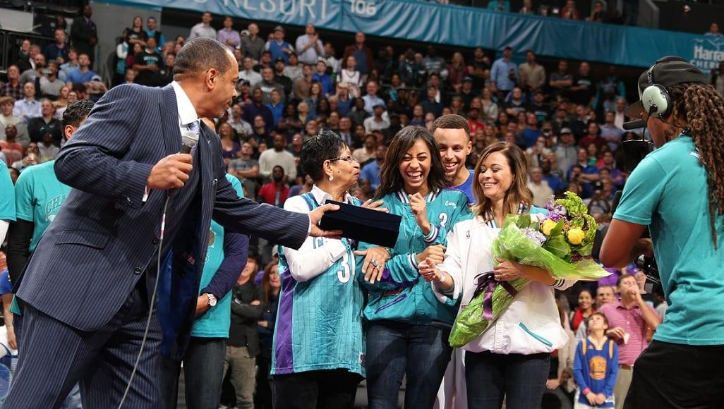 En el nombre del padre. Curry mete 40 en Charlotte la noche homenaje a Dell (Vídeo)
