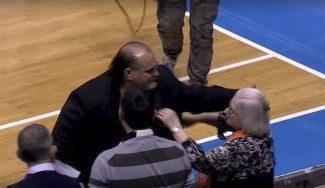 Coach Dzikic vuelve a Partizan y recibe la mejor bienvenida: del público… ¡y su madre! (Vídeo)