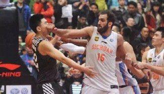 Mal perder: el gigante Haddadi da un puñetazo a un rival con el partido acabado (Vídeo)