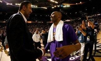 Kobe se despide de Sacramento con 28 puntos. Divac bromea con una camiseta de los Hornets (Vídeo)