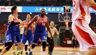 Persecución en China: un rival huye del ex NBA Maxiell tras hacerle falta (Vídeo)