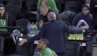 Un fan trata de hacerse un selfie con Obradovic al descanso. Mira cómo reacciona Zeljko (Vídeo)