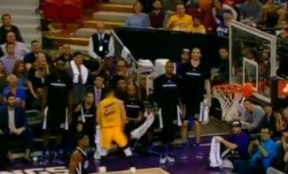 Curry le gana el duelo a Cousins. Celebra un triple sin mirar si entra (Vídeo)