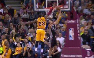 Intimidando. Los 'nuevos' Cavs arrollan a los Spurs con LeBron abusando en defensa