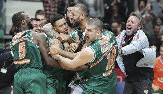 ¡Sobre la bocina! Triplazo de A.J. Slaughter para eliminar al Galatasaray en Turquía (Vídeo)