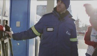 Claver, ¿¡gasolinero!? Manos a la obra con la mascota del Lokomotiv (Vídeo)