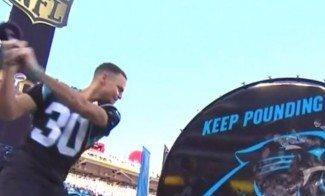Curry aporrea el tambor para la salida de los Panthers. Su equipo pierde la Super Bowl (Vídeo)