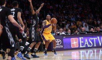 Les salva el mejor Kobe. Los Lakers evitan su peor racha de derrotas en la liga (Vídeo)