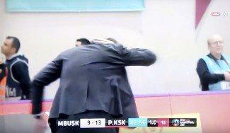 Vergonzoso. 'Hielazo' al entrenador del Pinar Karsiyaka, Sarica, en la Liga Turca (Vídeo)