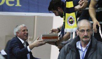 Cumpleaños feliz: los fans del Fenerbahçe felicitan a Zeljko y él responde (Vídeo)
