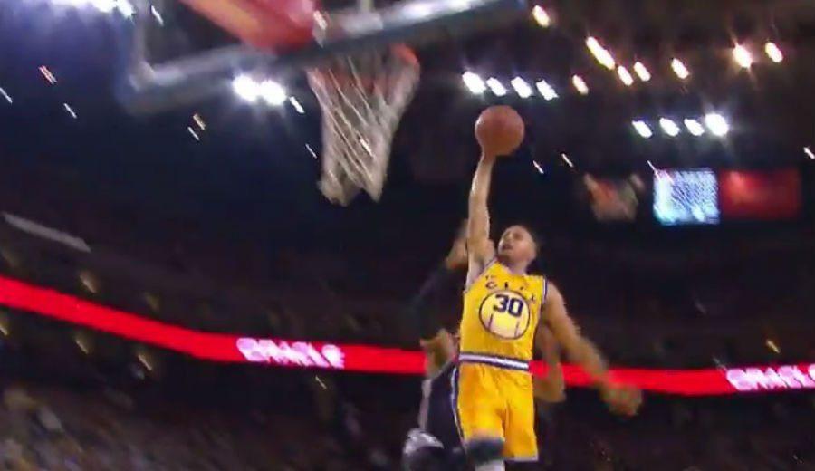 Wall pica a Curry taponándole. Don Stephen replica ganando y… ¡con un mate! (Vídeo)