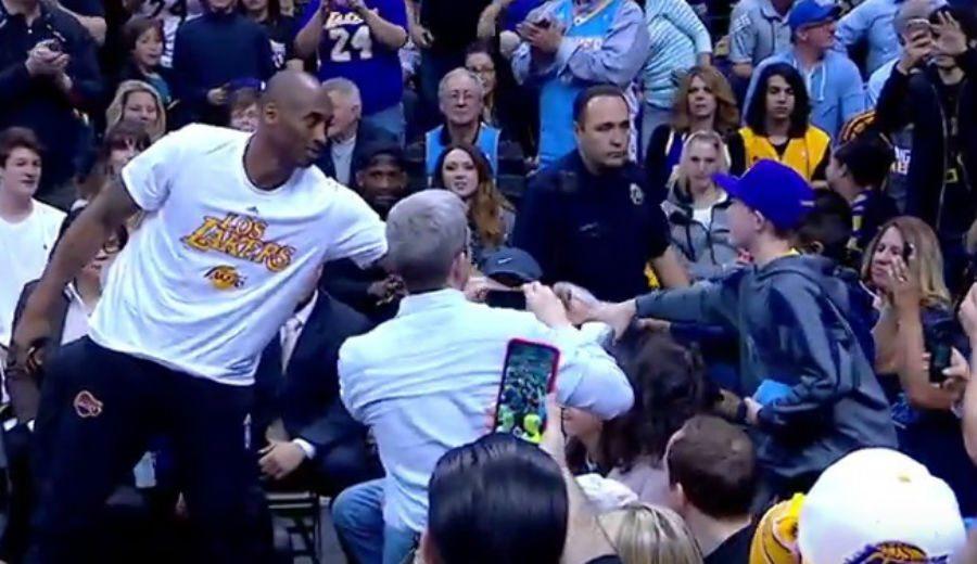 El Kobe más solidario: lastimado en el hombro, regala unas zapas en pleno partido (Vídeo)