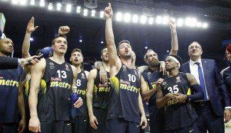 El abrazo de Obradovic a sus jugadores: así festejó el Fenerbahçe el pase a la F4 (Vídeos)