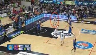 Tiene 20 años y apunta a la NBA: el italiano Flaccadori la mete desde su campo (Vídeo)