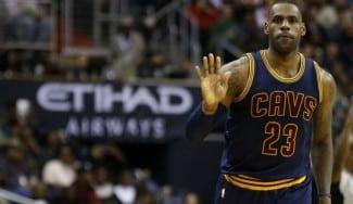 Los Cavs ganan en Atlanta: un tapón ilegal permite a LeBron superar a otro mito (Vídeo)