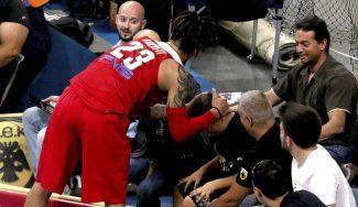 El beso de Hackett: se disculpa tras arrollar a un niño y mete al Olympiacos en la final